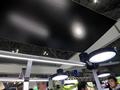 LED照明「BO-PA」のメインの支柱から出ている光。天井に光が当たっているのがわかるようにブースでは上に黒板を設置していた。