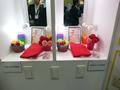 東芝の高演色性LED電球と従来のLED電球の比較展示