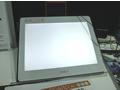 作業用発光ボード「UNOX BORAD」。写真では分かりにくいが発光している。作業用ボードのため強く発光させて利用することはないようだ。