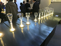 バーのカウンターにコースターのように配置された有機EL照明