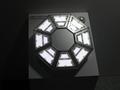 「キャノピー灯」は、五角形のモジュールを8個組み合わせている。これは棒状のアルミから切り出して筐体を作成する際、様々な形状で組み立てられるからとのこと。
