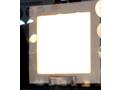 手前に配置されたガラスに後方が映り込んでしまっているが、発光しているのが塗布プロセスで作成された有機EL照明。
