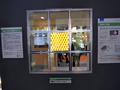 透明有機ELパネルを並べて窓用にした展示。写真では真ん中のみが光っているが、周辺に配置されたパネルも発光する。